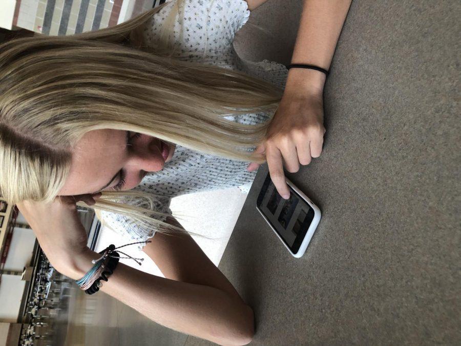 Anna scrolling through her VSCO.
